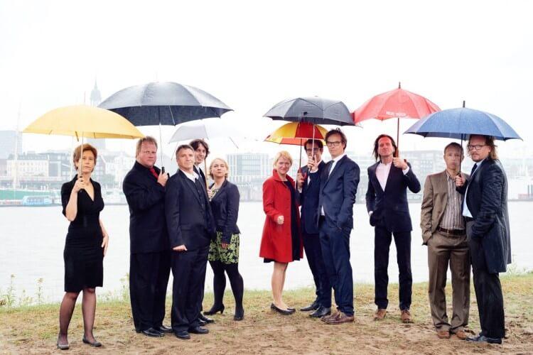 Steife Brise mit Regenschirmen
