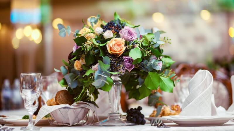 Gedeckter und dekorierter Tisch