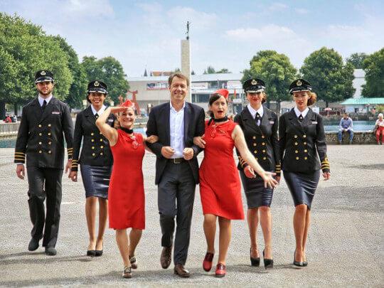 Künstlervermittlung: Comedy-Stewardessen mit Piloten und Stewardessen Frankfurt - Künstleragentur | DIE ALLESLÖSER
