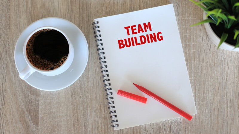 Teameventplanung mit Kaffeetasse