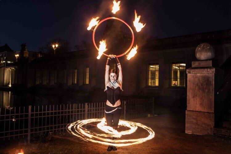 Krisztina mit brennenden Reifen