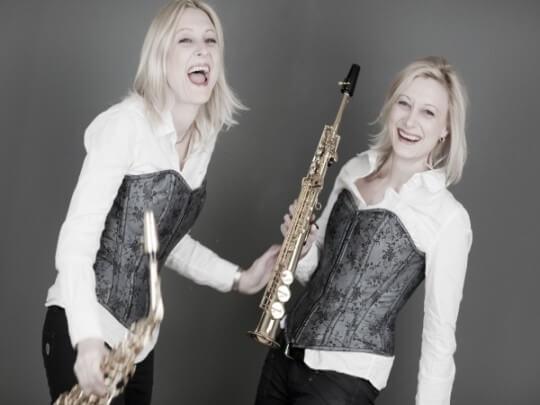 Duo Twinzz mit Instrumenten