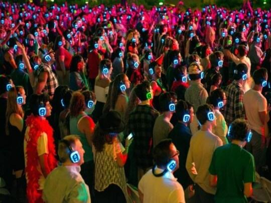 Menschenmenge mit Kopfhörern