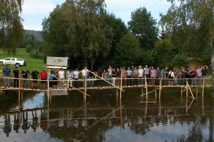 Holzbrückenbau mit Team