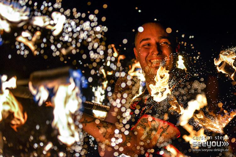 lachender Feuerkünstler in Funken Photo von seeyou - design