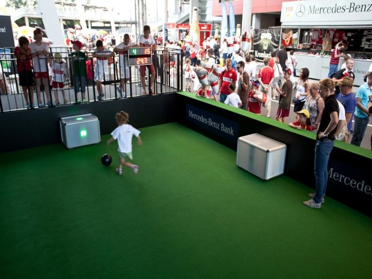 Kind spielt Soccerpass-Challenge