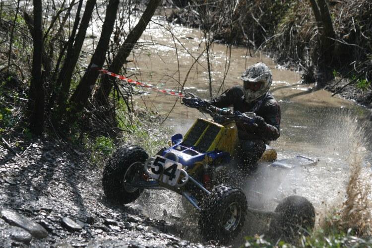 Quad im Wald und Fluss fahren