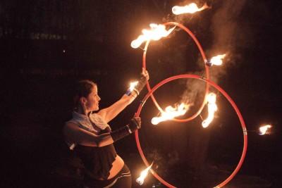Krisztina mit zwei brennenden Reifen