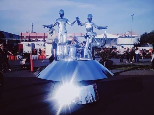 Künstlervermittlung: 2 Spiegel-Aliens mit Ufo Frankfurt - Künstleragentur | DIE ALLESLÖSER