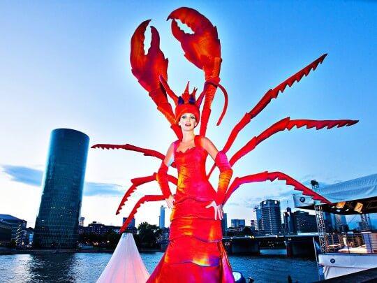 Künstlervermittlung: Lobster Walk Act Frankfurt - Künstleragentur | DIE ALLESLÖSER