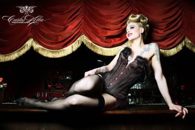 Belle La Donna auf der Bar