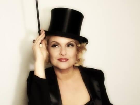 Künstlervermittlung: Marlene Dietrich-Imitatorin Ricarda mit Zylinder und Zigarettenspitze Frankfurt - Künstleragentur | DIE ALLESLÖSER