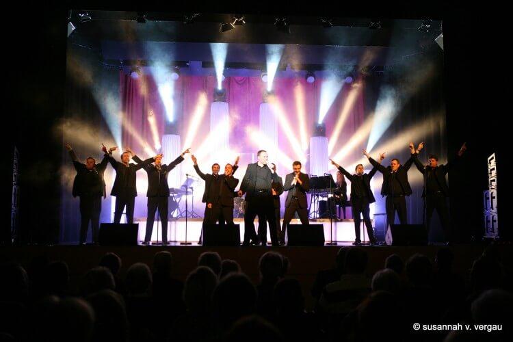 12 Tenöre auf einer Bühne