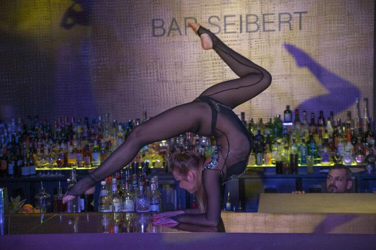Akrobatin auf Bar
