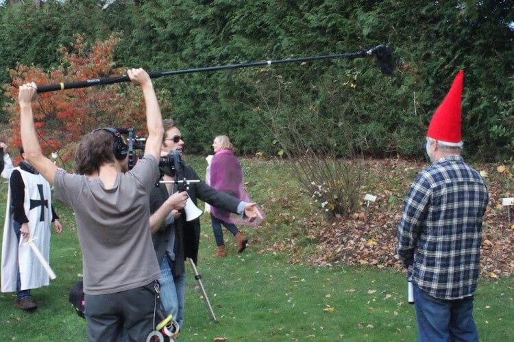 Kamerateam mit Schauspieler beim Filmdreh