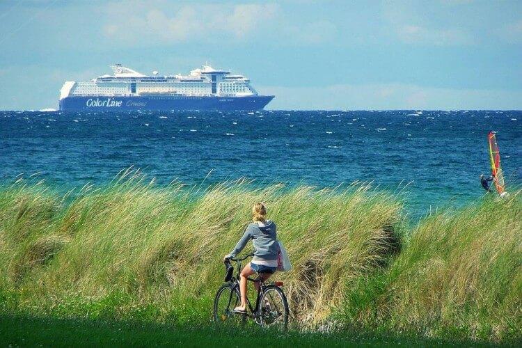 Radfahrerin am Meer