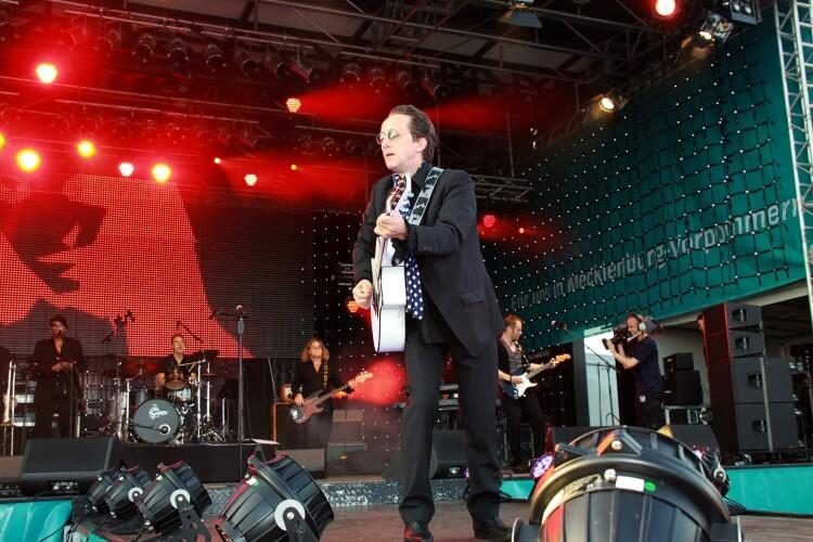 Westernhagen Double auf Bühne mit Band