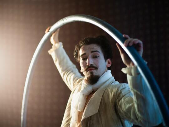 Künstlervermittlung: Zhenja Genial im Cyr Wheel im Barockstil Frankfurt - Künstleragentur | DIE ALLESLÖSER