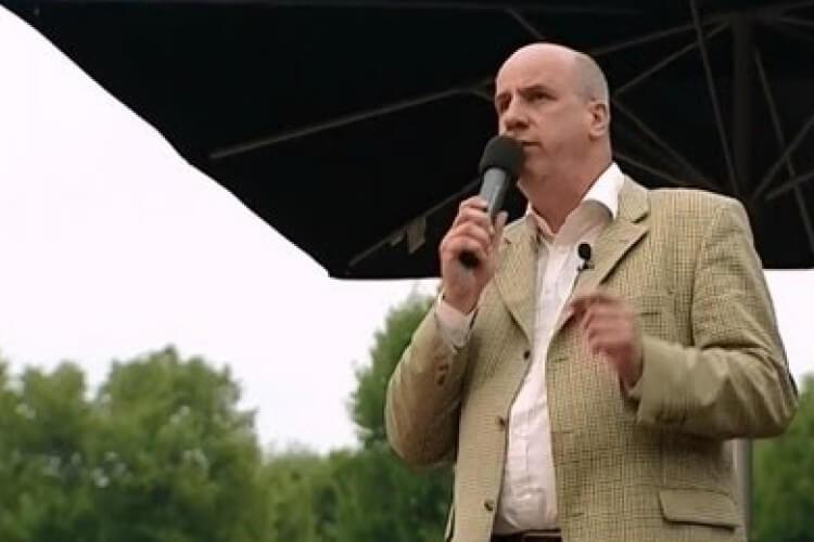 Mann auf Bühne mit Mikrofon