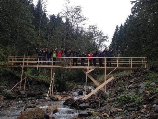 Team auf selbstgebauter Brücke