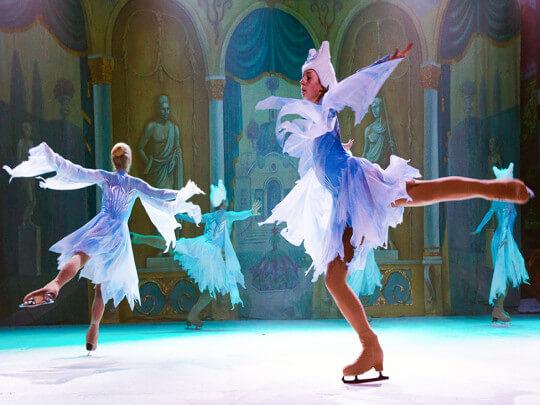 Russian Circus On Ice Eisläuferinnen als Schneeflocken