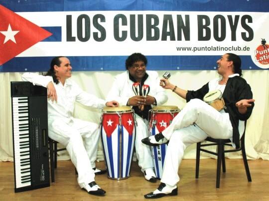 Los Cuban Boys mit Instrumenten