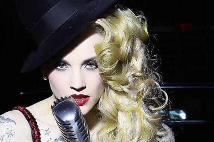 Belle La Donna am Mikrofon
