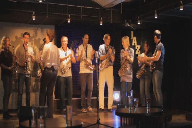 Gruppe spielt Saxophon