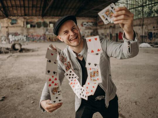 Künstlervermittlung: Zauberer Steasy aus Frankfurt rockt Dein Event mit Magie! Frankfurt - Künstleragentur | DIE ALLESLÖSER