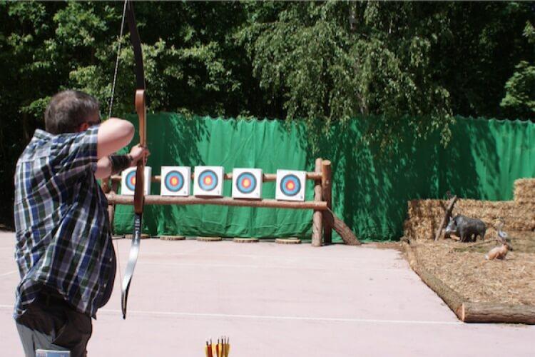 Schütze mit Pfeil und Bogen an Zielscheiben
