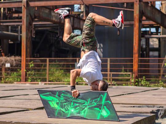 Künstlervermittlung: Twisterslife im Sign Spinning Handstand Frankfurt - Künstleragentur | DIE ALLESLÖSER