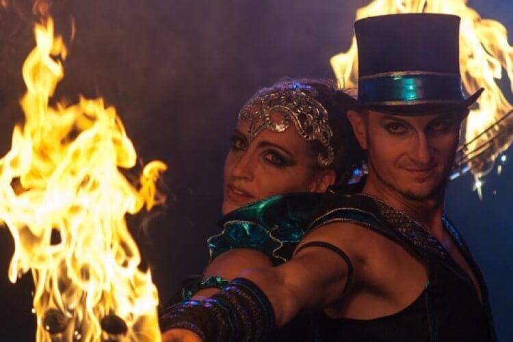 Paar mit Feuerkunst