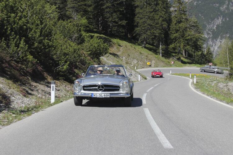 Auto auf Alpenstraße