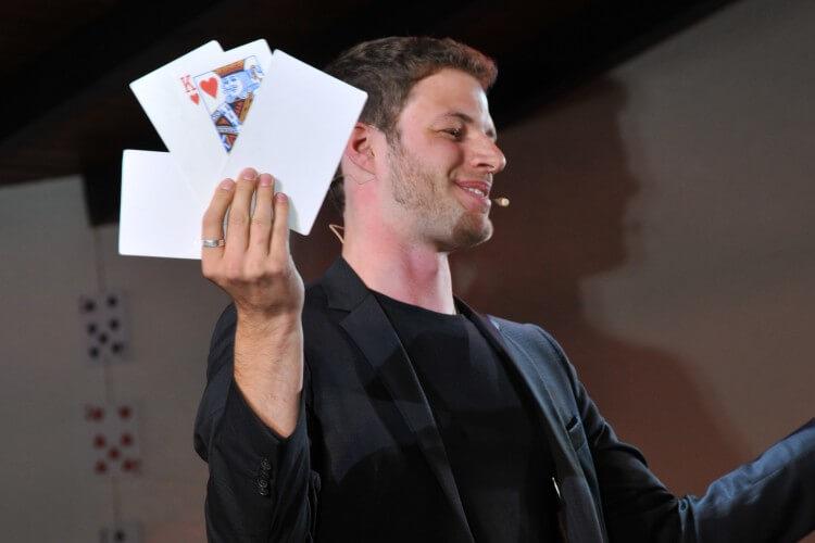 Claudio Gnann mit Karten