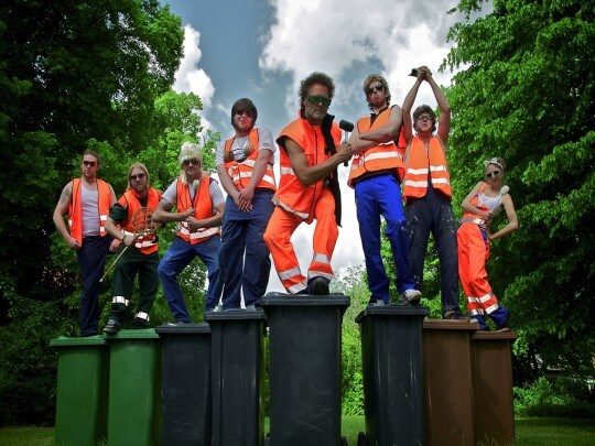Männer mit Mülltonnen