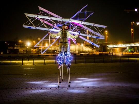 Künstlervermittlung: Windreiter illuminiert Frankfurt - Künstleragentur | DIE ALLESLÖSER