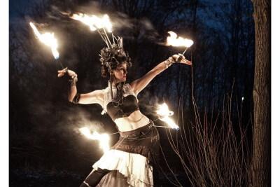 Krisztina mit brennendem Kopfschmuck im Wald