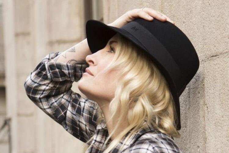 Sarah Connor mit Hut