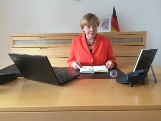 Merkel Double im Büro