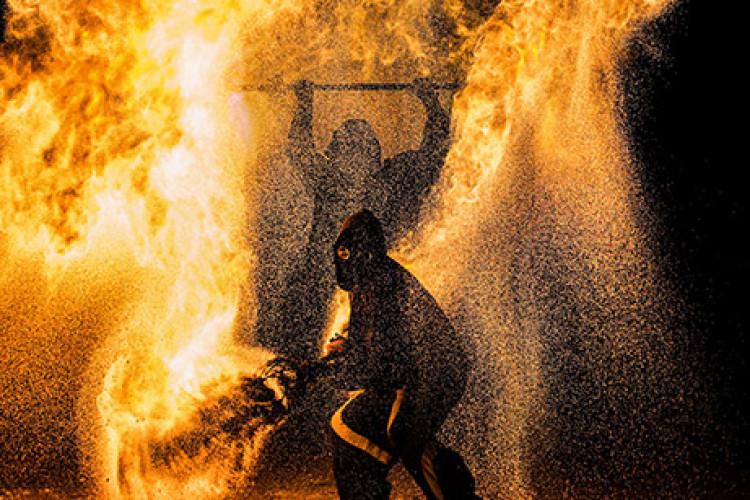 2 Gestalten im Feuer Photo von Andreas Michel