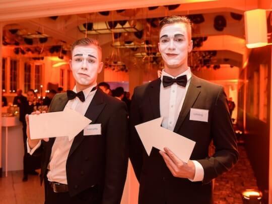 Künstlervermittlung: 2 Comedy-Butler Frankfurt - Künstleragentur | DIE ALLESLÖSER