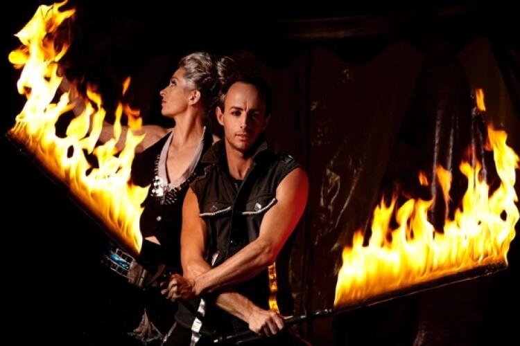 Pärchen mit Feuer