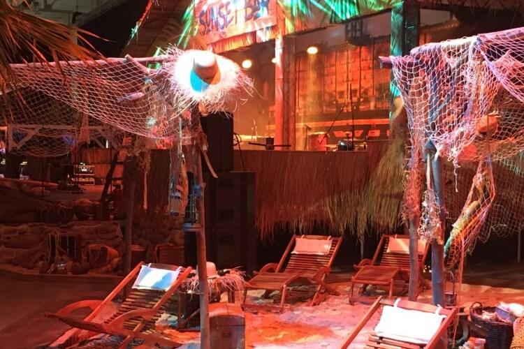 Karibikbühne mit Stühlen