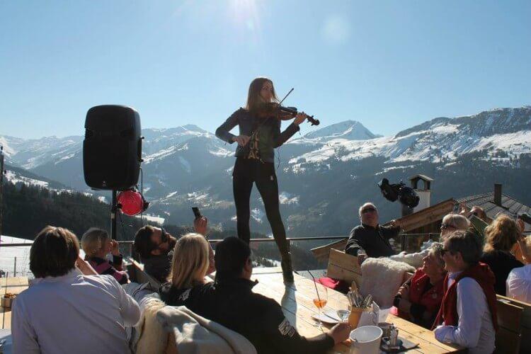 Beatrix mit Violine in den Bergen