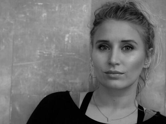 Künstlervermittlung: Anna Schäfer Moderatorin und Videoproduzentin aus Düsseldorf Frankfurt - Künstleragentur | DIE ALLESLÖSER