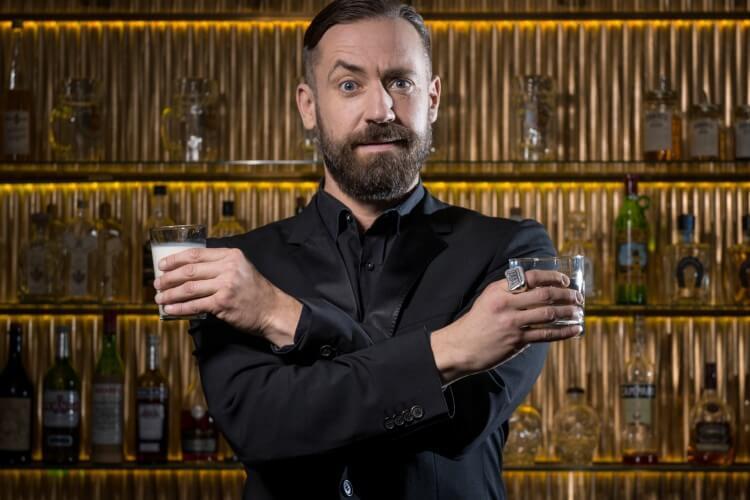 Bürger Lars Dietrich vor einer Bar