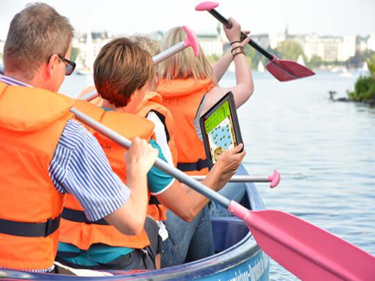 Paddler mit iPAD im Kanu auf der Alster