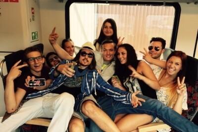 Johnny Depp Double in einer Menschenmenge liegend
