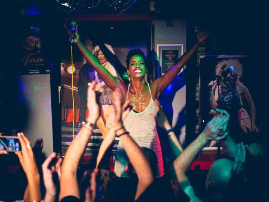 Künstlervermittlung: Nyassa Alberta bei einem Auftritt als Tina Frankfurt - Künstleragentur | DIE ALLESLÖSER