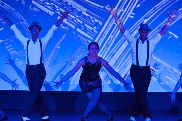 4 Darsteller beim Tanzen